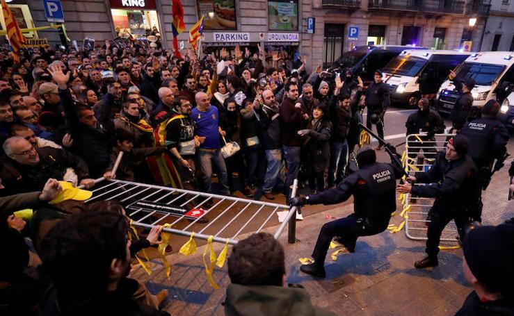 Los Mossos bloquean los accesos Palau de la Música entre empujones de manifestantes