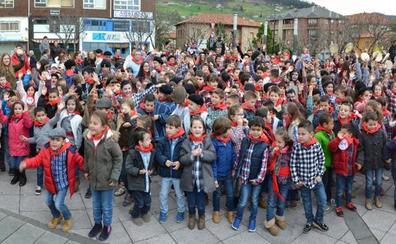 Más de 1.200 niños de Los Corrales de Buelna se unen para cantar las marzas