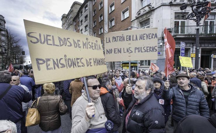 Un millar de pensionistas se manifiestan en Santander