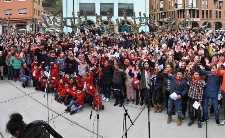 Más de un millar de niños cantan las marzas en Los Corrales