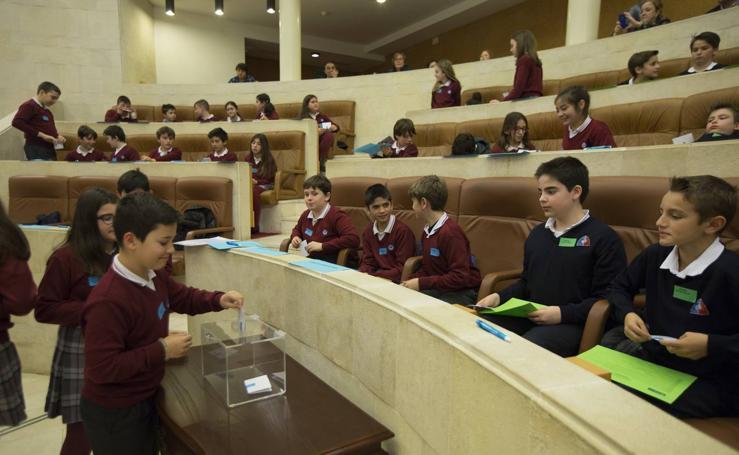 Los niños toman el pleno del Parlamento cántabro