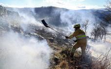 La lluvia ayuda en la extinción de los nueve incendios activos en Cantabria