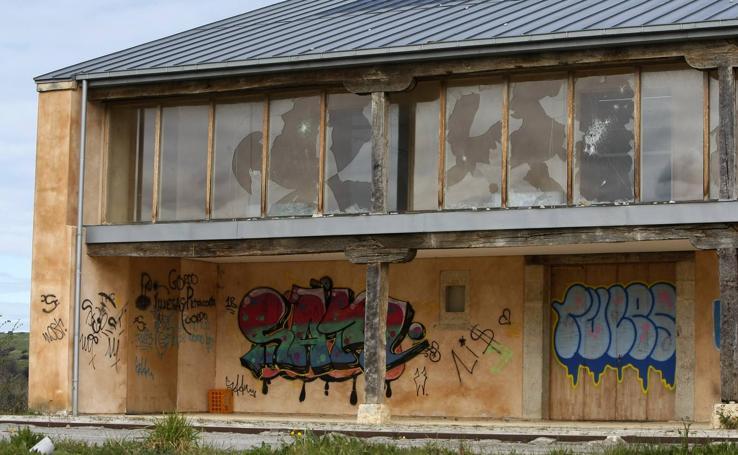 La ruina y el abandono amenazan la Casona Joven de La Veguilla, en Reocín