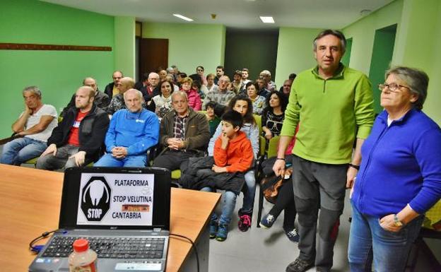 La charla y el taller de trampeo sobre la avispa asiática se celebró en el centro social La Rasilla./Nacho Cavia