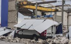 El viento tumba una nave en Raos y provoca 39 incidencias en Cantabria