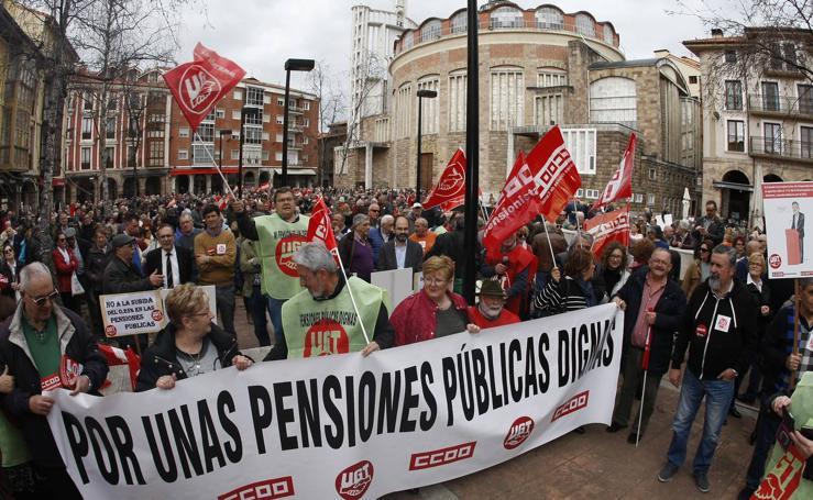 Un millar de pensionistas exige en Torrelavega pensiones públicas dignas