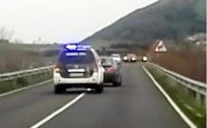 Escolta policial en Santoña por un conductor enfermo que iba haciendo eses