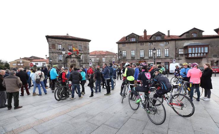 Concentración en defensa de los ciclistas celebrada en Cabezón de la Sal