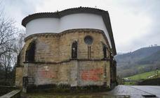 Aparecen pintadas contra la junta vecinal en la iglesia gótica de Udalla