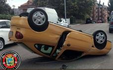 Vuelca un coche con dos estudiantes que se dirigían a un examen