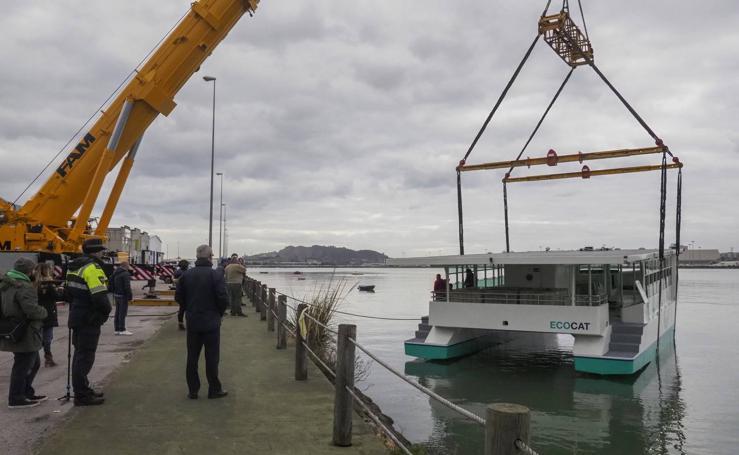 Botado el primer barco de Europa que navega con energía solar