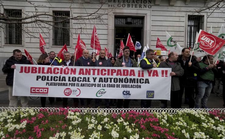 Concentración de policías locales de Santander para reclamar la jubilación anticipada