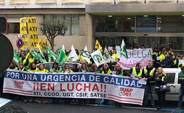 Manifestación en Santander de trabajadores del Servicio de Urgencias de Atención Primaria y del 061