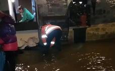 El paso de la borrasca por Cantabria deja pequeños argayos e inundaciones
