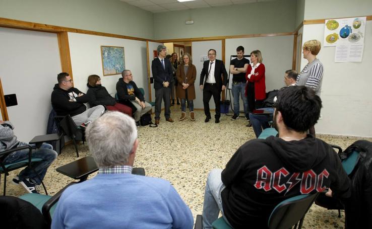 Visita de Cruz Viadero al Centro de Rehabilitación Psicosocial Padre Menni de Torrelavega