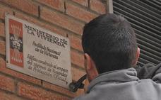 Torrelavega vuelve a pedir a 38 comunidades de propietarios que quiten las placas franquistas