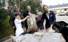 Agricultores de Valderredible donan una tonelada de patatas al Asilo de Torrelavega