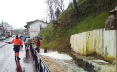 Una tromba de agua inunda varios comercios del centro de Alceda