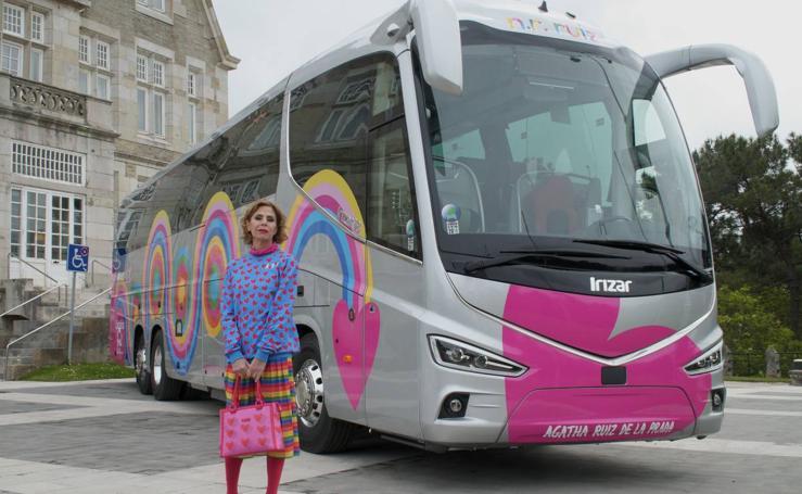 Presentación del autobús decorado por Agatha Ruiz de la Prada