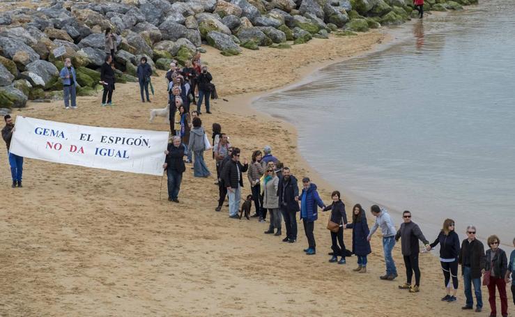 Una cadena humana contra los espigones de La Magdalena
