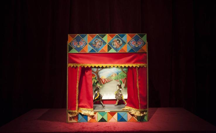Piezas de la exposición 'Teatrillos de papel. Mágico mundo de cuentos'