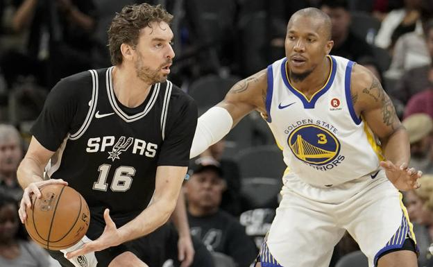 Pau Gasol protege el balón ante David West. /WILLIAM ABATE (Efe)