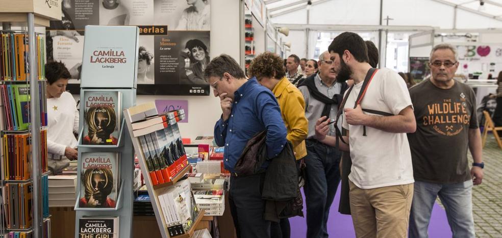 Un paseo literario por la plaza de Alfonso XIII, el nuevo y controvertido recinto de la Feria del Libro