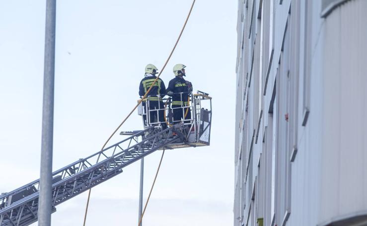Los Bomberos de Santander apagan un incendio en la calle Garcia Lorca de La Albericia