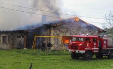 Un incendio destroza una vivienda en Udalla