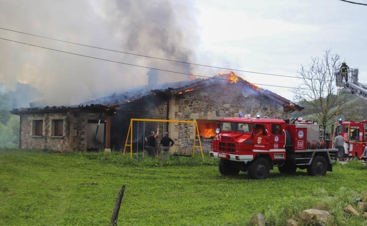 El fuego destruye una casa en Udalla