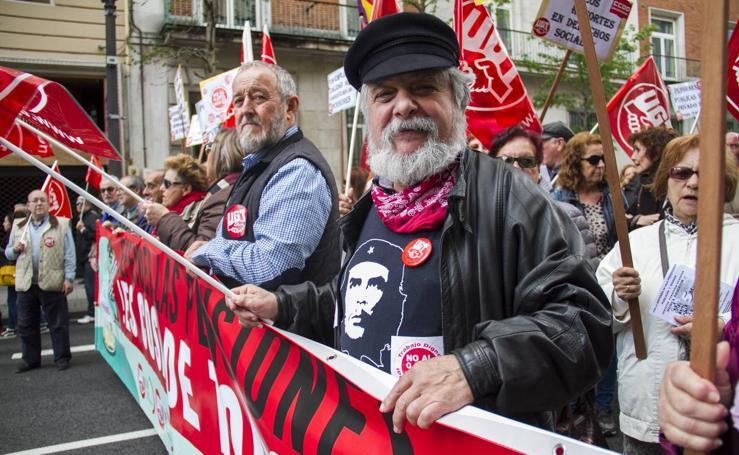 Miles de personas celebran el 1 de mayo tras las pancartas de UGT y Comisiones Obreras