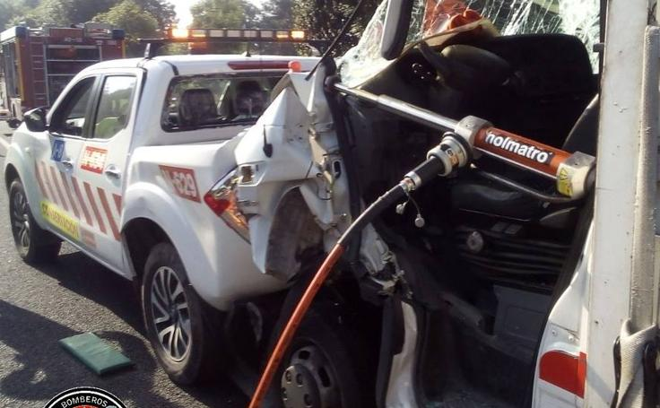 Imágenes del accidente en Entrambasaguas que ha obligado a cortar la autovía, en dirección a Vizcaya