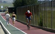 Los vecinos ya disfrutan de la mejora del firme del carril bici de Punta Parayas