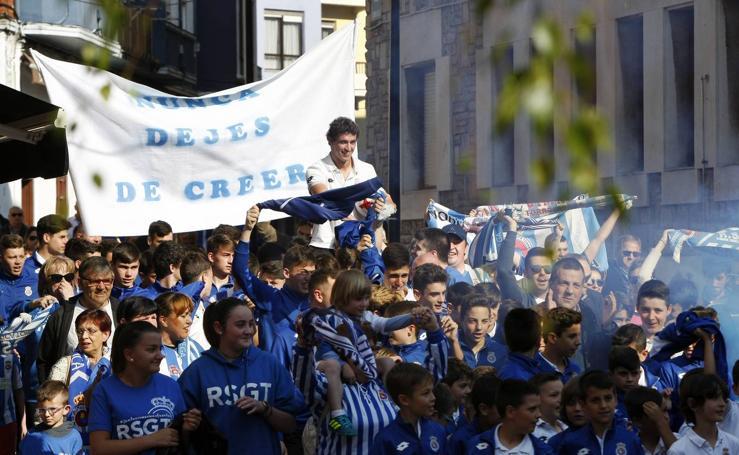 Torrelavega se tiñe de blanco y azul