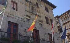 Castro repone las dos banderas que desaparecieron del Ayuntamiento