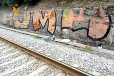 Seis jóvenes cortan el tráfico ferroviario en Somahoz al colarse para hacer pintadas