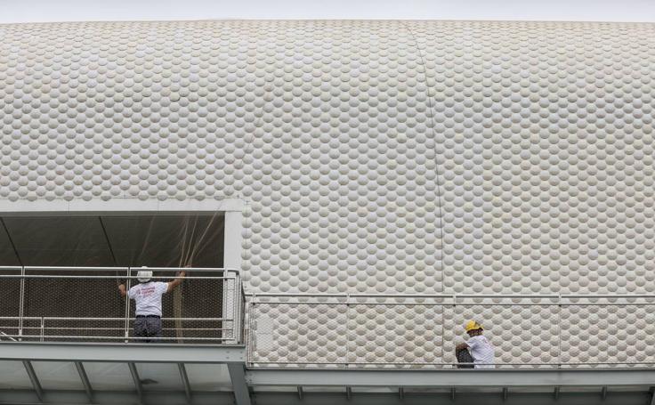 Trabajos de instalación de una red para cubrir la fachada del Centro Botín