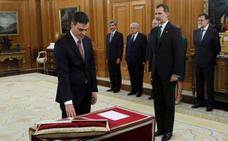Sánchez promete su cargo ante el Rey sin Biblia ni crucifijo