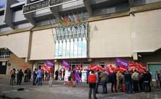 Medio centenar de sindicalistas protestan por la «persecución sindical que practican las empresas del presidente del Racing»
