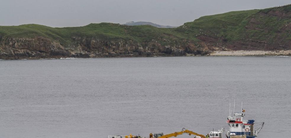 La extracción del fuel de la draga hundida en Suances termina hoy