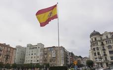 La bandera de España ondea de nuevo en Puertochico tras el arreglo del mástil