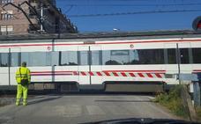 Preocupación en Los Corrales ante los habituales accidentes en el paso a nivel de la calle Torres Quevedo