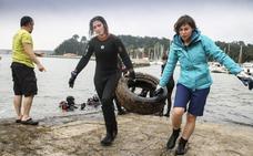 Voluntarios bucean en busca de los neumáticos perdidos