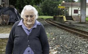 La última guardesa de Cantabria aún vive junto a las vías del tren