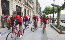 Induráin y una 'grupeta' pedalean de Santander a Madrid sin un euro encima