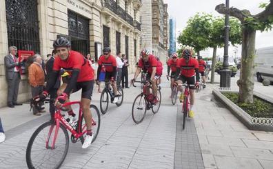 Induráin y su 'grupeta' pedalean de Santander a Madrid sin un euro encima