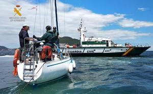La Guardia Civil remolca hasta Laredo a un velero averiado al norte de Oriñón