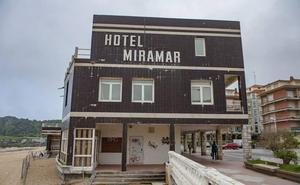 Costas asegura la fachada del hotel Miramar ante el riesgo de desprendimientos