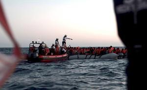 El Aquarius transferirá a los migrantes a otros barcos y se dirigirá a España