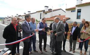 Mazón inaugura la segunda fase de las viviendas de protección de Requejo